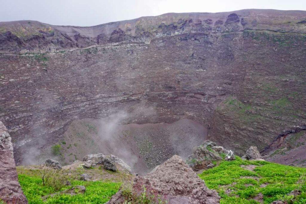 Дымящийся кратер Везувия | Радость в каждом дне